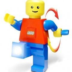 Um LEGO Gigante com Lanterna LED
