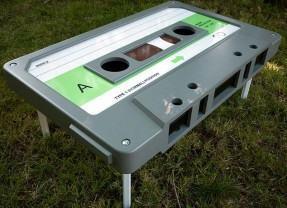 Mesa de café em formato de fita cassette para saudosistas como eu