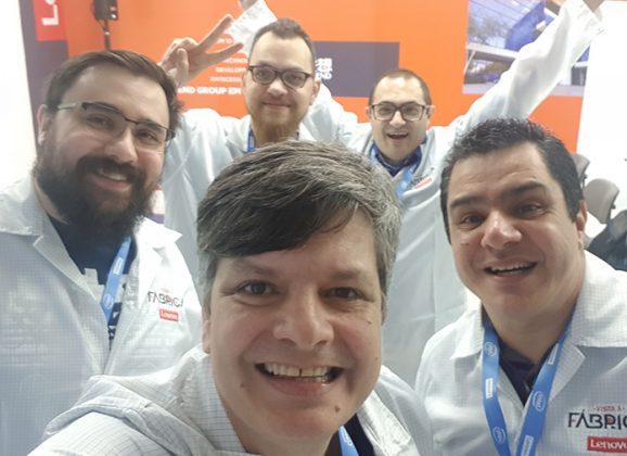 Nick Ellis na linha de montagem do Ideapad 330S da Lenovo Brasil
