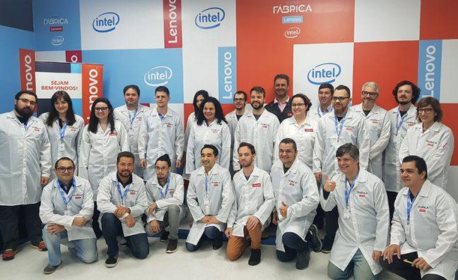 Grupo de jornalistas e blogueiros em visita à fábrica da Lenovo Brasil.