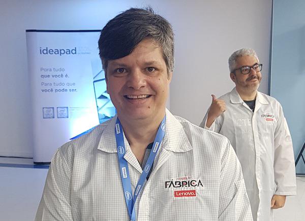 Eu na fábrica da Lenovo, com meu amigo Sérgio Miranda do Loop Infinito ao fundo.