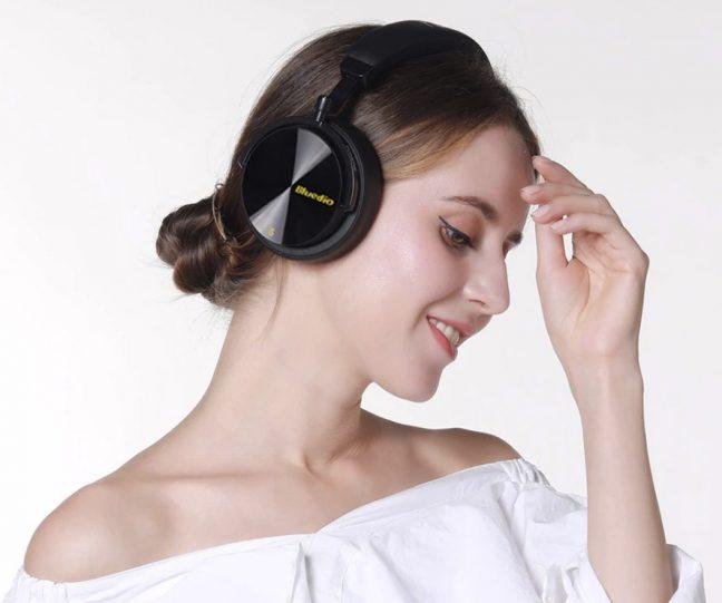 O Bluedio T5S é um fone de ouvido Bluetooth com quatro microfones e cancelamento ativo de ruídos.