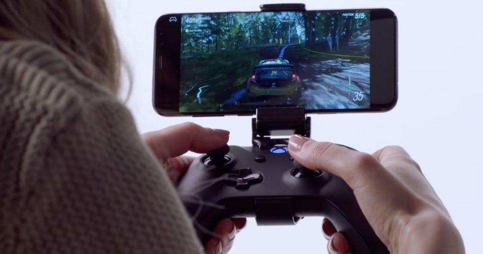 Project xCloud da Microsoft rodando em um smartphone com o controle sem fio do Xbox