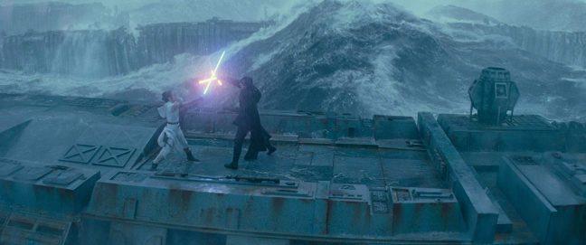 Rey e Kylo Ren lutam em cena de A Ascensão Skywalker