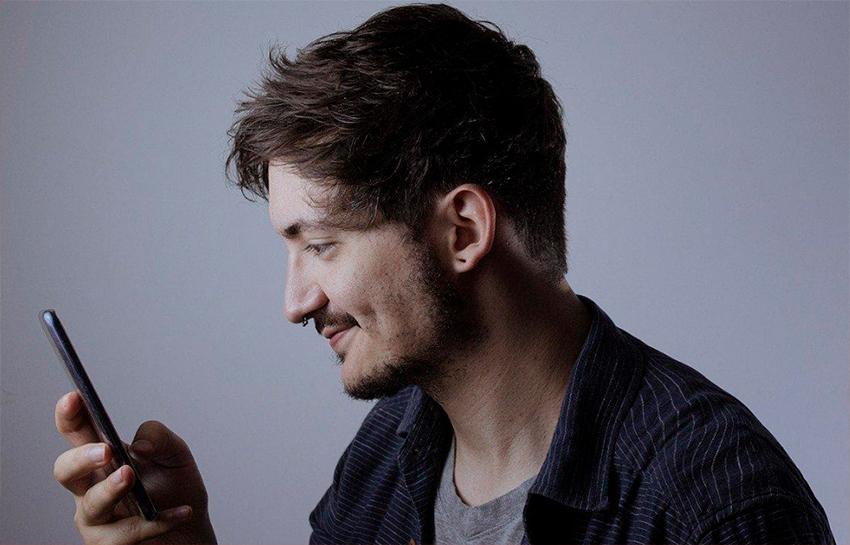 Homem olha pra celular / Moto G Stylus