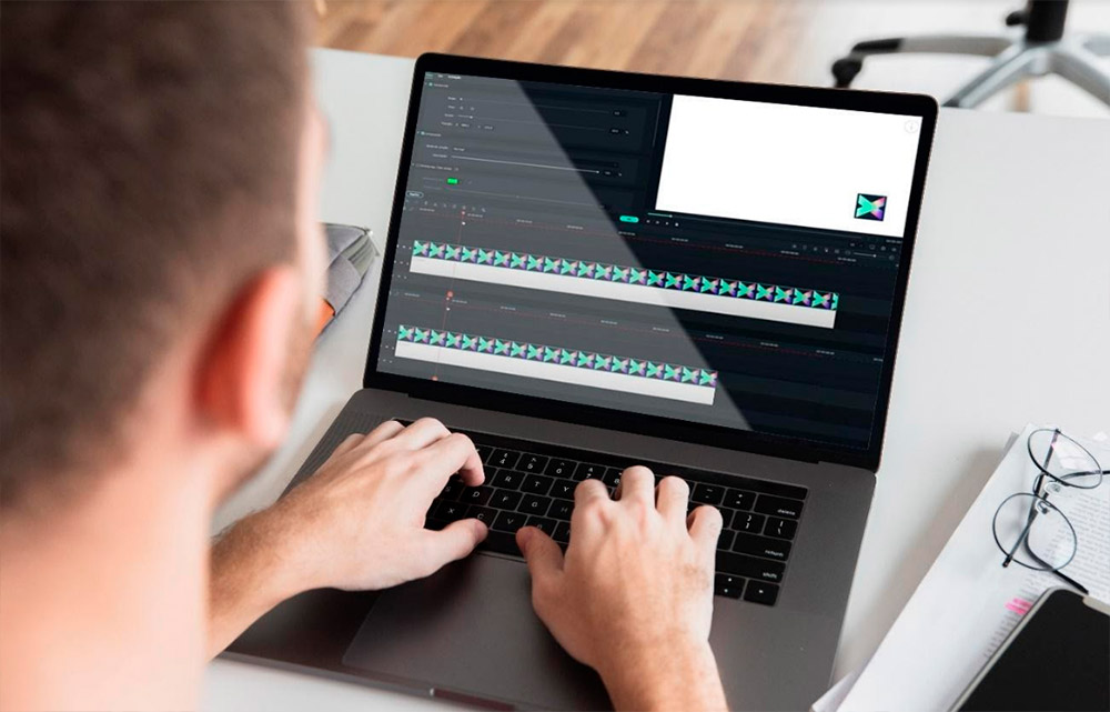 Homem mexendo no computador