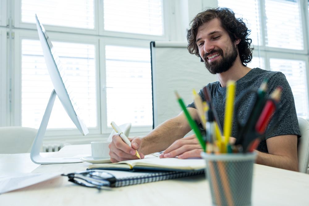 Designer escrevendo