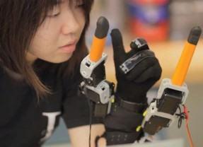 Uma luva robótica que te dá dois dedos extras