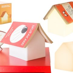 """Luminária """"Book Rest Lamp"""" em forma de casinha com apoio para livro"""